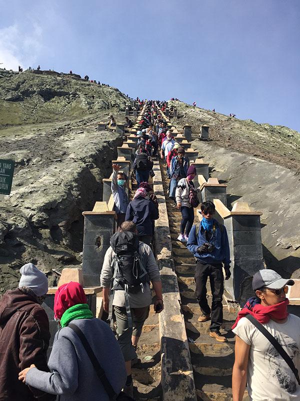 Antrian orang-orang yang akan naik dan turun Bromo